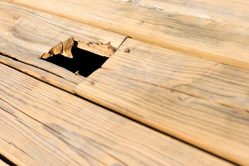 Loch in hellem Holzfußboden
