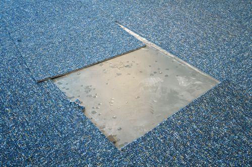 Flicken in blauem Teppichboden